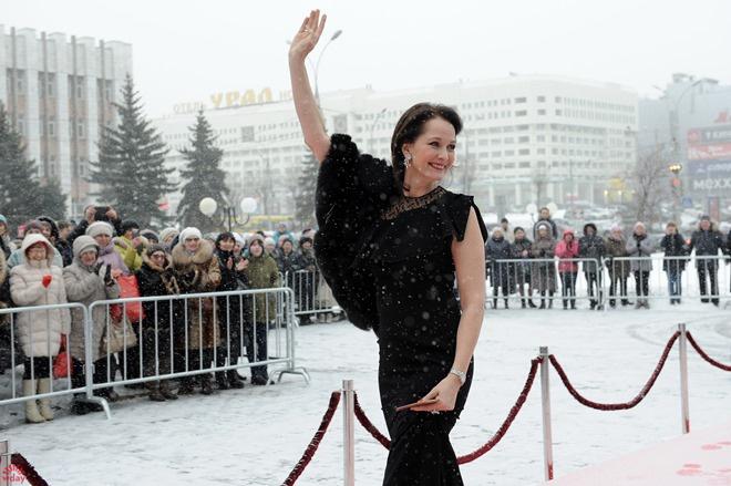 Зрители в пуховиках, а Ольга Кабо - в платье!