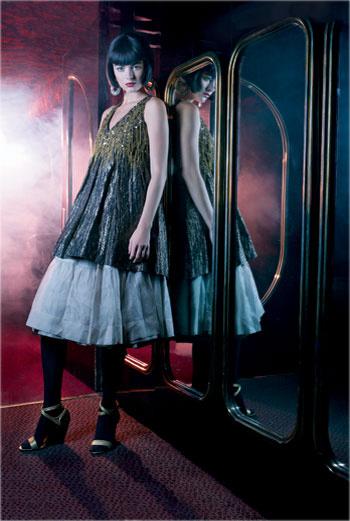 Туника, Andrew GN; нижняя юбка, надетая как юбка, Prada; босоножки, Roger Vivier; колготки, Wolford; серьги, Françoise Montague