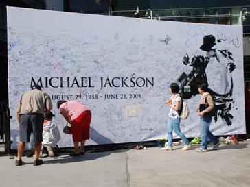 Фанаты оставляюсь подписи на стене Майкла Джексона