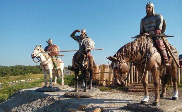 Скульптура «Три богатыря» под Красноярском на трассе М-53