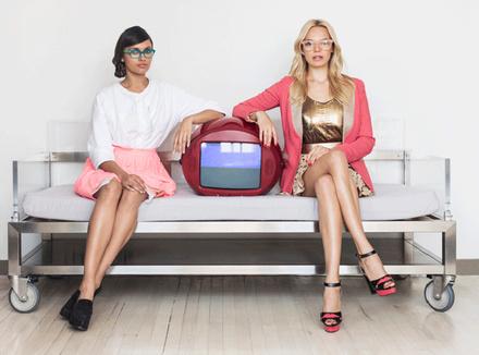 Сильно одетые молоджые женщины и телевизор
