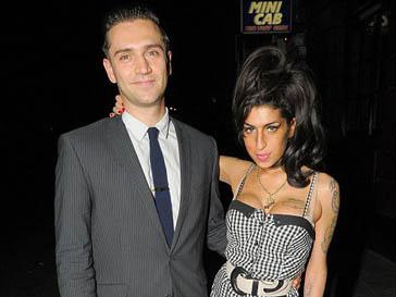 Рэг Трэвисс (Reg Traviss) и Эми Уайнхаус (Amy Winehouse) встречаются два года