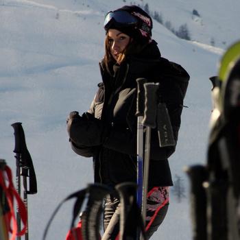 С ноющими мышцами не стоит возвращаться к лыжам, а лучше принять витамины и отправиться в сауну.