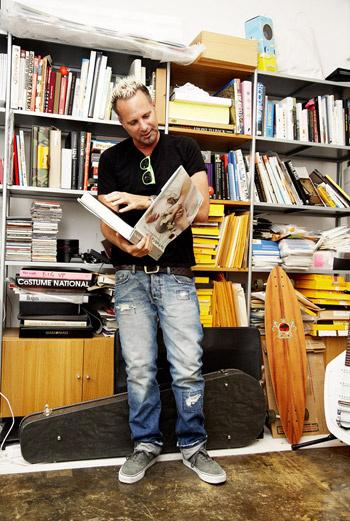 Главный издатель Nylon – Марвин Скотт Джарретт изучает книгу о моде в редакционной библиотеке.