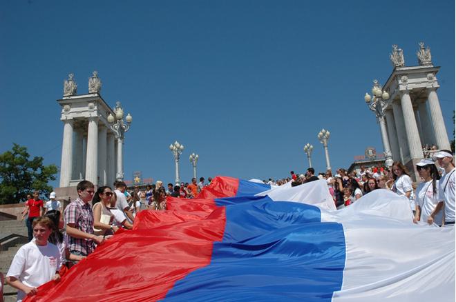 Флешмоб «Под флагом России»: волгоградцы в День России пронесли 80-метровый триколор