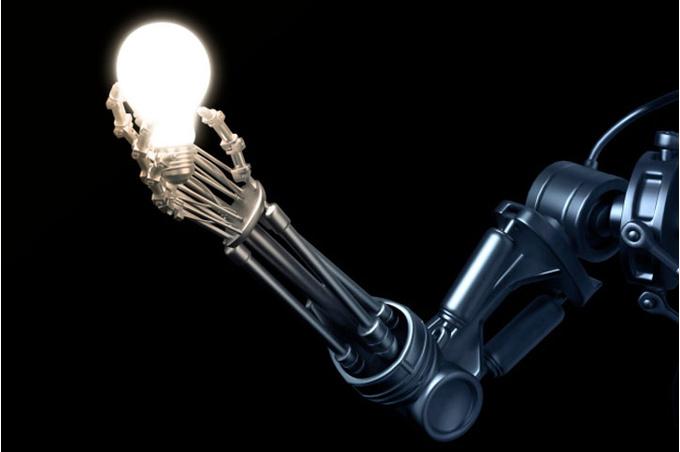 Искусственная рука и лампочка