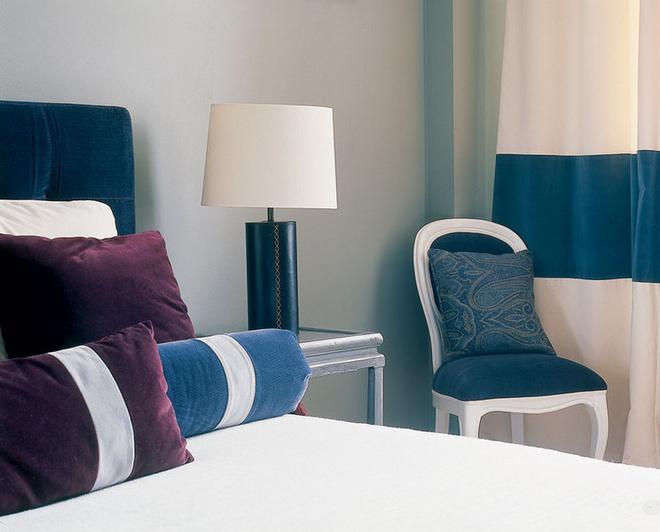 Рядом с кроватью одна из самых неожиданных находок дизайнера - стул Ногинской фабрики.