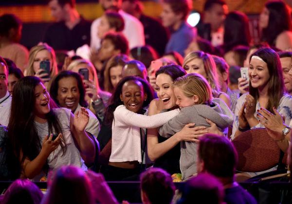 Дети Анджелины Джоли Захара и Шайло первыми поздравили маму