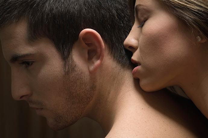 Муж нюхает женщине грудь