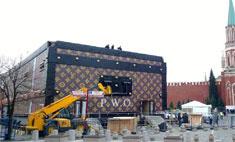 Louis Vuitton поставил в центре Москвы огромный чемодан