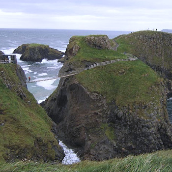 Веревочный мост Кэррик-Ред в Северной Ирландии привлекает множество путешественников, но не все из них осиливают дорогу обратно и возвращаются на лодках.