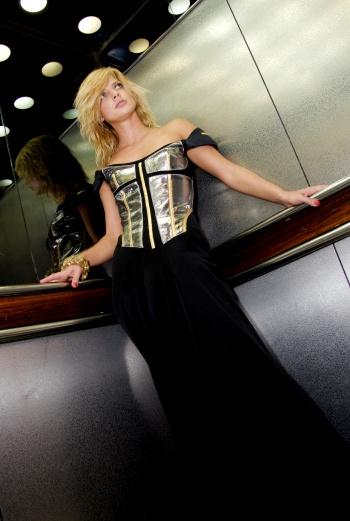 «Когда я увидела это платье, я тут же в него влюбилась. В моем гардеробе совершенно нет таких шикарных, длинных нарядов, в которых по-настоящему чувствуешь себя кинозвездой. Это невероятные ощущения!»