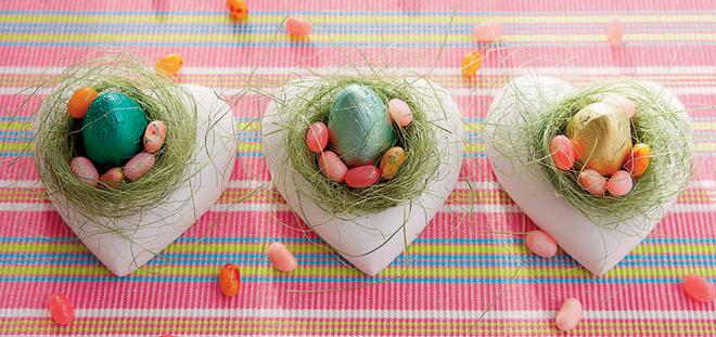 Яйцо – символ новой жизни и возрождения – вполне резонно поместить в декоративное гнездышко, которое само по себе тоже символ домашнего очага, семьи и любви к ближнему.