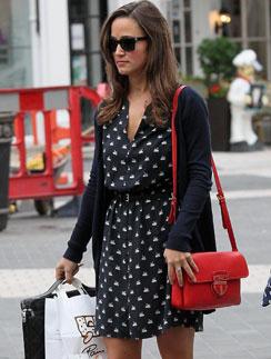 Пиппа Миддлтон (Pippa Middltone) сочетает красную сумку с синим платьем и кардиганом