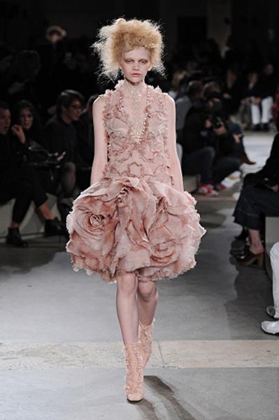 Неделя моды в Париже: показы Alexander McQueen и Paul & Joe ready-to-wear осень — зима 2015-2016   галерея [1] фото [17]