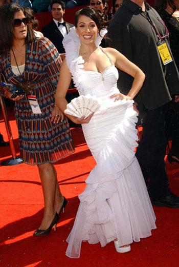 Jo De La Rosa: платье сделано из того же материала, что и веер? Из бумаги?
