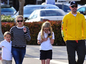 Риз Уизерспун (Reese Witherspoon) и Джим Тот(Jim Toth) с детьми в Белизе