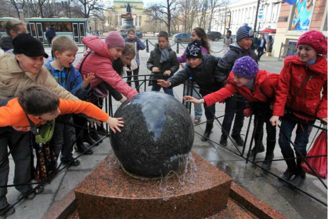1 мая: запуск фонтана «Шар» на Малой Садовой