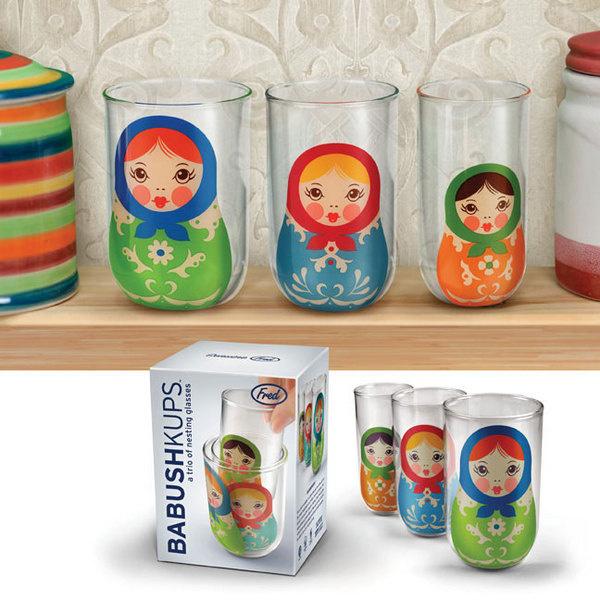 Стаканы Babushkups, стекло, Fred studio Набор из трех стаканов мал-мала-меньше, которые убираются один-в-один по образцу матрешек. Яркое решение для сервировки «а-ля рюсс».