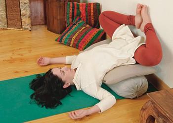 3. Через 2 минуты согните ноги, совместив ступни, как в позе Баддха конасана. В целом можно оставаться в позе 5-10 минут. Потом, отталкиваясь от стены ногами, осторожно «сползите» с опоры на пол. Полминуты оставайтесь в положении лежа, затем можно повернуться на правый бок и вставать.