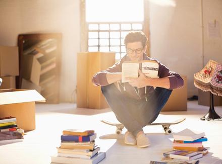 Молодой человек с книгой
