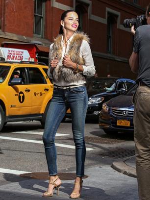 Адриана Лима на съемках рекламной кампании Maybelline New York