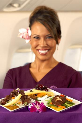 На борту некоторых международных авиакомпаний пассажирам предлагают изысканные блюда из меню дорогих ресторанов.