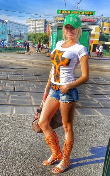 Дарья Пынзарь в мини-шртах