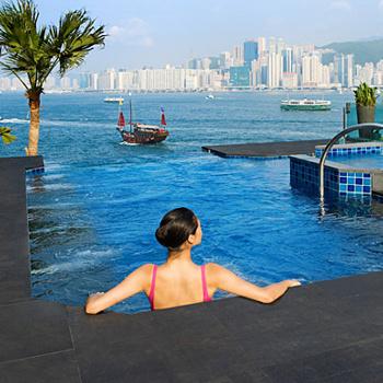 Отель InterContinental Hong Kong (Китай). Три бассейна в этом отеле, расположенные на высоте третьего этажа, готовы угодить любым капризам постояльцев. Во всех бассейнах разная температура: горячая, теплая и прохладная. А помимо великолепного вида на море есть и еще одна интересная деталь: во время плавания под водой слышна музыка, которая раздается из колонок, установленных прямо на дне бассейна!