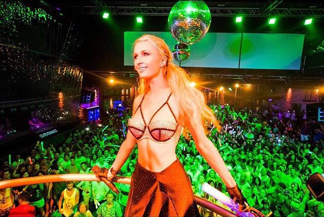 Пэрис Хилтон на вечеринке в клубе