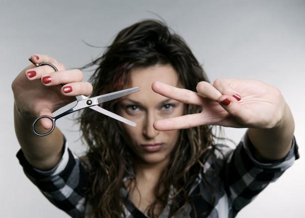 Как пользоваться филировочными ножницами? Видео