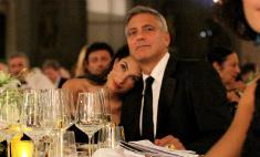 Джордж и Амаль Клуни скромно отметили год со дня свадьбы