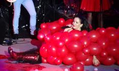 В Красноярске Наталия Орейро упала на сердце из воздушных шаров