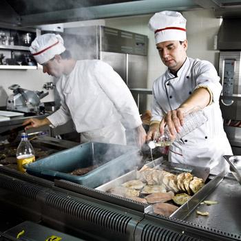 Большинство поваров не работают в дорогих ресторанах, а трудятся в столовых, кормят школьников и рабочих.