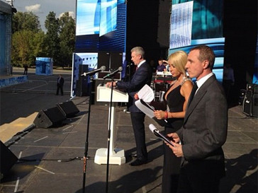 Лера Кудрявцева и Игорь Верник ведут концерт в честь Дня строителя.