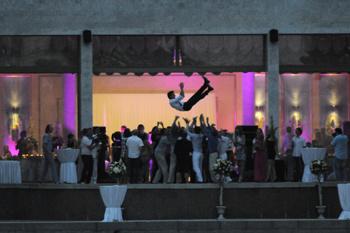 21:49 На свадьбе подбрасывали не только букет невесты (его поймала одноклассница Лизы, но и жениха.