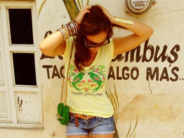 """Летом-2012 Алена Водонаева выбирает микро-шорты и """"гавайские"""" футболки."""