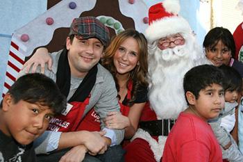 Дженнифер, ее бойфренд, Санта Клаус и осчастливленные бездомные