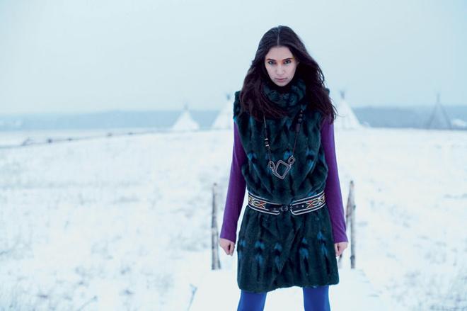 Платье из натурального меха, Helen Yarmak, цена по запросу; кожаный ремень, Diesel, 6260 руб.; водолазка из кашемира, Tegin, цена по запросу; колье, Pilgrim, 4560 руб.
