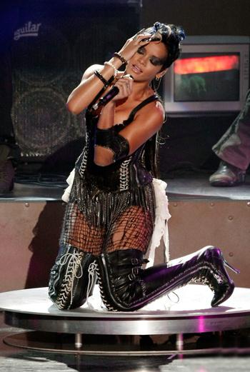 Рианна исполняет свой хит «Disturbia»