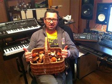 Своими успехами в деле собирания грибов похвастался и музыкант Алексей Рыжов.