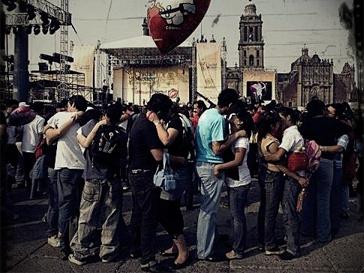 """Акция """"Самый массовый поцелуй"""" пройдет в 16.00 в нескольких городах России."""
