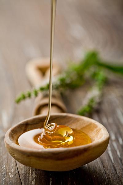 Прием двух чайных ложек меда перед сном уменьшает частоту ночного кашля и ускоряет засыпание.