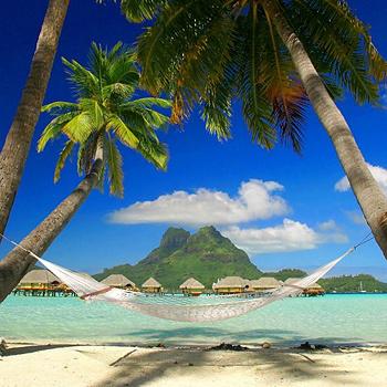 Живописный остров - одно из любимых мест отдыха мировых знаменитостей. На Бора-Бора, окруженном коралловыми рифами, находится огромное количество элитных отелей с бассейнами и шикарными пляжами, теннисных кортов и полей для гольфа, дайв-центров и прогулочных катеров.