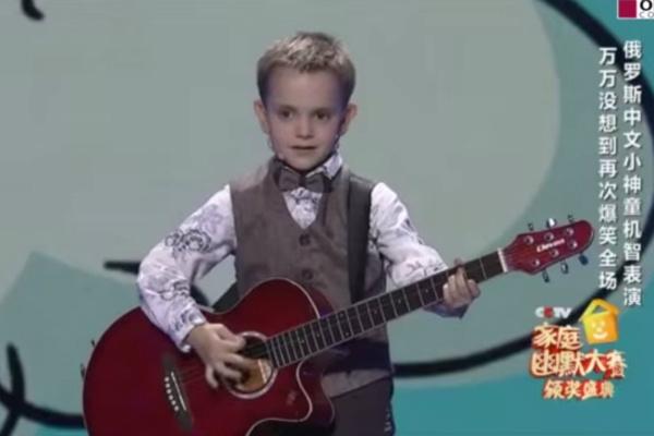 Китайский мальчик поет на конкурсе