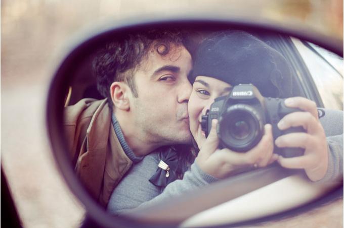Пара отражается в зеркале