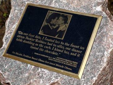 Памятник первому поцелую Барака Обамы и Мишель Обамы