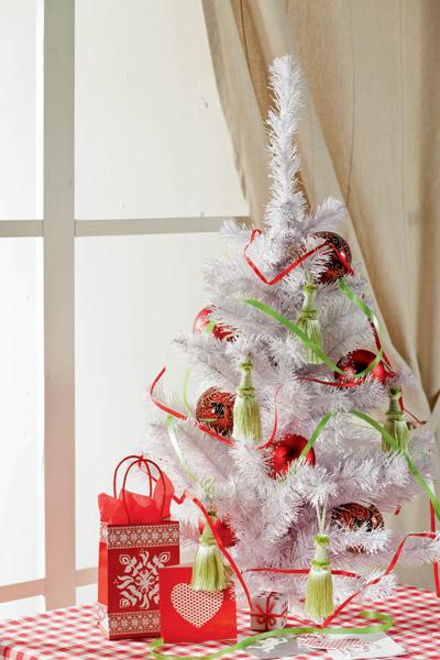 Идея №4. Елочные кисти. Чтобы внести в оформление новогоднего дерева некоторое разнообразие, дополним елочные игрушки пушистыми шелковыми кистями, изначально предназначенными для подхвата штор. Цветовая гамма этих аксессуаров довольно широка, так что подобрать изделия, которые бы идеально вписались в интерьер, несложно. Кроме того, в отличие от стеклянных игрушек, шелковые кисти точно не разобьются.