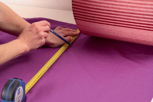 Выкраивают прямоугольник, длина которого совпадает с периметром абажура, ширина – с высотой. На припуски оставляют по 5 мм