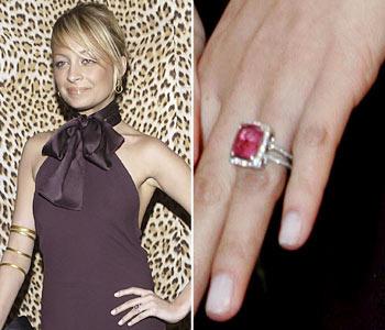 Главной модной маме Голливуда повезло меньше - ее кольцо всего лишь сапфир. Ювелиры оценивают такие кольца как желание сэкономить деньги.